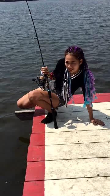 美女钓鱼差点被拽下水,看着很惊险