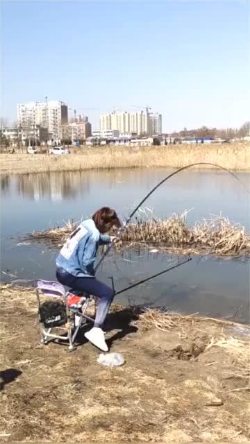 小姐姐这拔鱼的架势,看了忍不住想笑