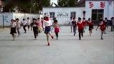 美女老师带着学生们跳起新一代的广场舞,漂亮
