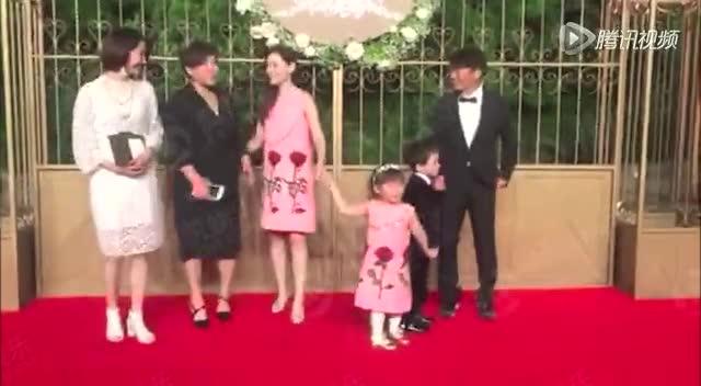 【红毯】王宝强带妻女走红毯 娜娜和妈妈穿亲子装截图