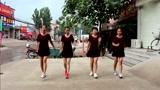 这就是农村的广场舞,四位阿姨齐跳青春鬼步舞,羡煞旁人!
