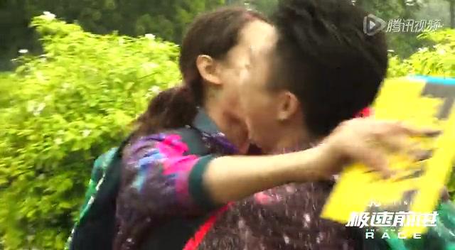 李小鹏印度站夺冠 拥吻妻子秀恩爱截图