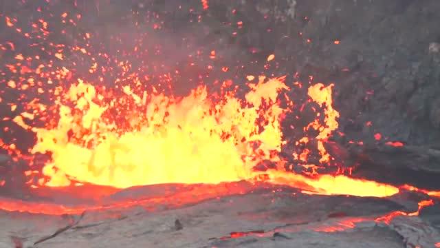 一桶水扔进岩浆湖引发的爆炸