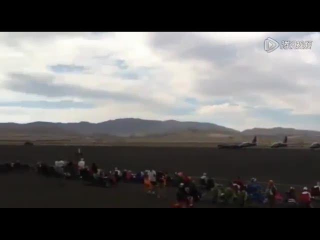 美飞机特技表演时坠入人群 媒体称已12人遇难
