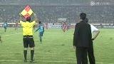 视频:新加坡教练不满判罚 挑衅被罚上看台