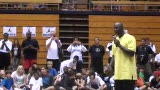视频:张卫平篮球训练营 小球员配合训练