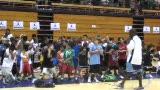 视频:张卫平篮球训练营 小球员互动游戏