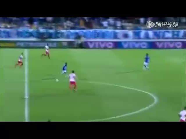 圣保罗队的巴西前锋多戈贝托中场拿球后连