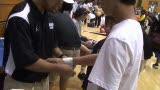 视频:张卫平篮球训练营 小球员绑胶带