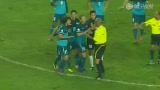 视频:新加坡赛后围攻裁判 大头带头安慰对手