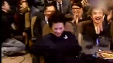 视频:金马奖颁奖现场 刘德华跪地给叶德娴颁奖