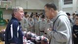 视频:张卫平训练营开营 向外教展示特色T恤