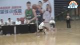 林书豪篮球训练营哈尔滨站 评审鼓励郑博文小朋友