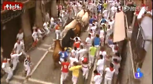 直击2013西班牙奔牛节 美女舞性感小伙被刺穿截图