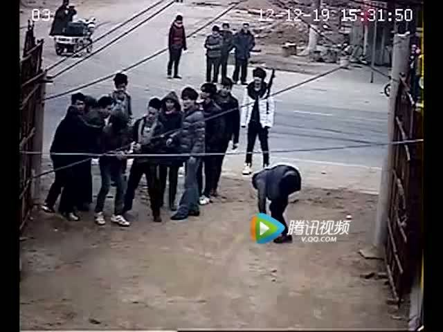 监控实拍山东菏泽一村支书率数十名混混暴打村民截图