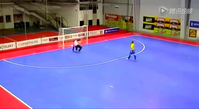 五人制足球赛现惊人一幕 门将开球直入对方球门截图