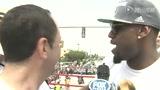 视频:詹姆斯巡游车上接受采访 这一切太疯狂