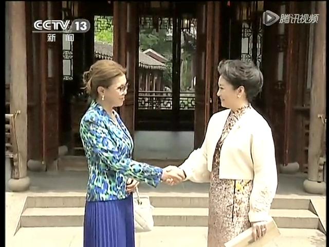 彭丽媛邀请出席亚信峰会领导人夫人观看文艺演出截图