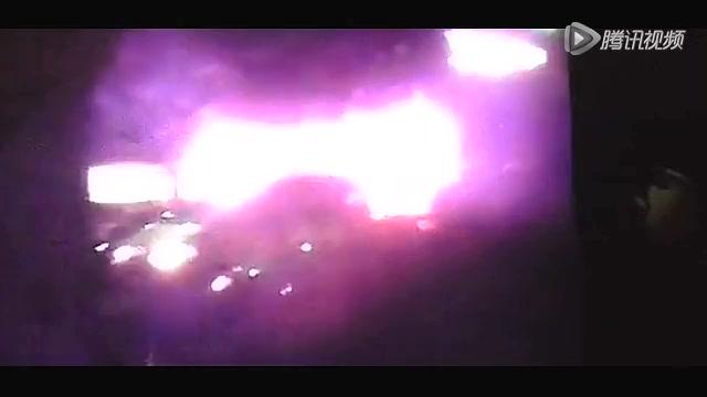 独家:实拍广州3公交爆炸现场 大火包裹车身烧剩骨架截图