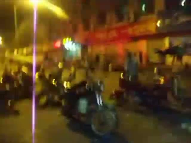 湖南城管打死瓜农 尸体被抢现场截图