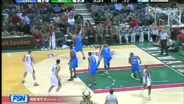 视频-低位防守犯规 防守者的手臂呈45度下压3截图