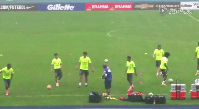 备战超级杯巴西队训练欢乐多 卡卡抢圈被队友戏耍截图