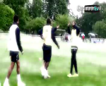 法国队周三抵达巴西 球员拍摄宣传片展现搞笑本色截图