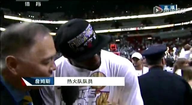 詹姆斯向中国球迷秀奖杯:此刻请让我尽享狂欢截图