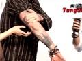 德普中国首秀大方脱衣秀纹身 算盘打出摇滚范儿