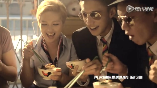 【最奇葩】卫兰《八九十》MV化身导游 带领零零漆看尽香港文化截图