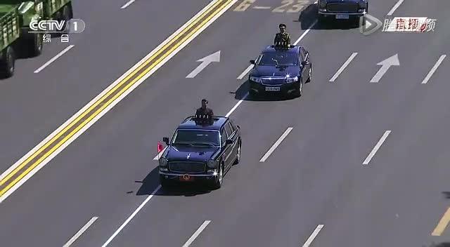 习近平乘红旗车检阅部队 挥左手向官兵致意截图