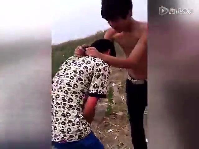 实拍三男子狂殴少年 向其脸上撒尿截图
