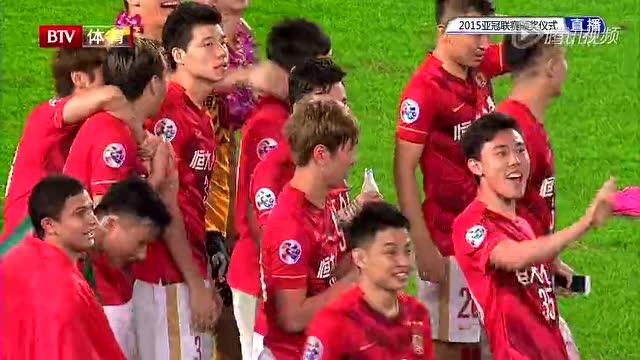 【颁奖】郜林埃神身披中巴国旗 队长郑智高举亚冠奖杯截图