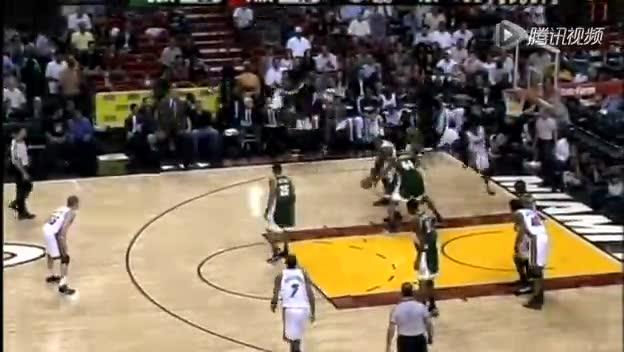视频-持球合理移动案例 持球球员从地板站起截图