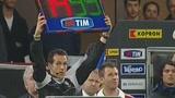 视频:蒙塔里伤退抚摸队徽 向红黑球迷表忠心