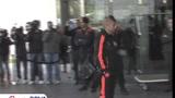 视频:蓝军抵达巴塞罗那 马竞球迷迎接T9归来