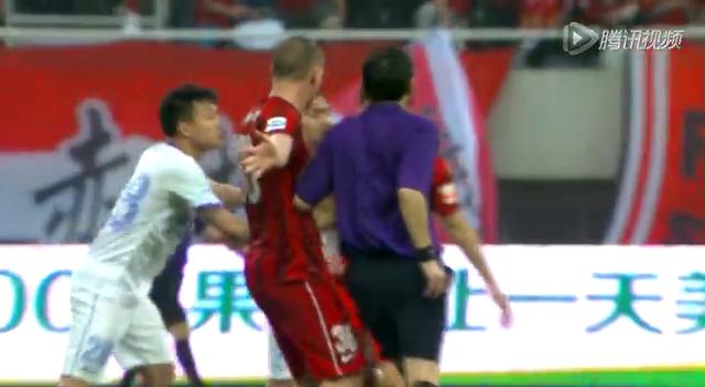 【红牌】杨世元飞铲莫雷诺惹上双方冲突 裁判各给一张红牌截图