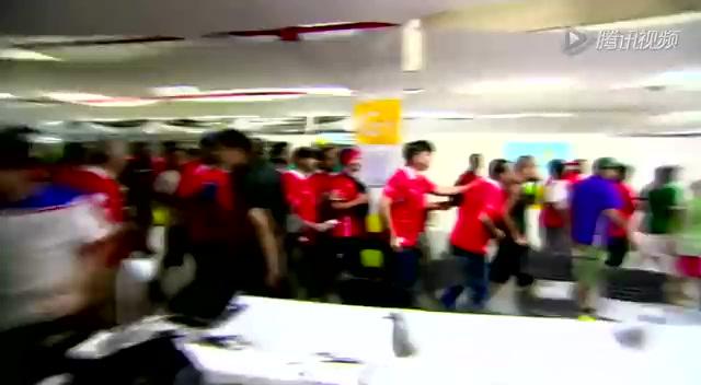 警察殴打没票女球迷引动乱!智利球迷拆墙闹事截图