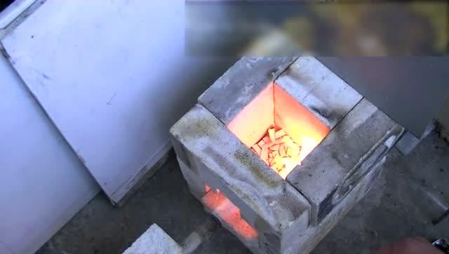 实拍国外大叔用废旧电路板冶炼黄金,这锅炉还是自己造的