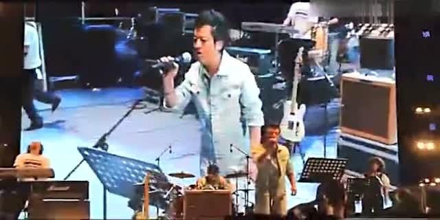 2011世界城市音乐节 何勇翻唱窦唯《高级动物》