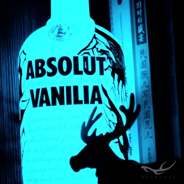 """绝对伏特加酒瓶光涂鸦""""absolute midnight"""""""