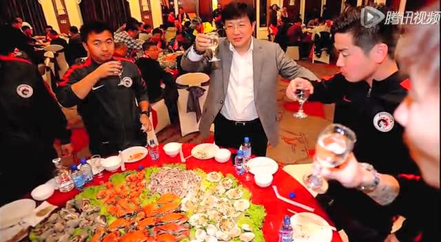 """【新闻】辽足庆保级摆海鲜盛宴 """"青岛大虾""""堆满桌截图"""