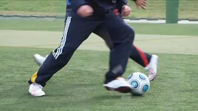 视频:汤姆足球训练之脚掌踩球+斜跨转身变向