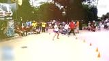 女子自由花式足球秀技 美女球迷玩熊猫蹬球