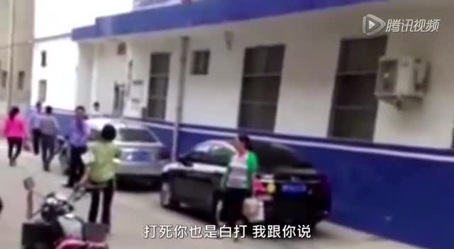河南警察派出所门口枪指女子:打死你也是白打截图