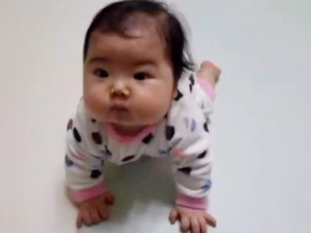 努力爬到妈妈身上求抱抱的肉肉小萌娃,小动作太可爱了