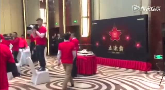恒大豪取联赛五连冠 酒店开庆功晚宴疯狂庆祝截图