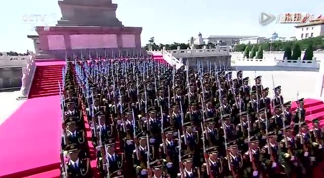 【高清】礼炮部队奏鸣70响礼炮 全场起立举行升旗仪式截图