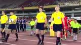 【前方直击】女足姑娘出战朝鲜 男球迷举海报