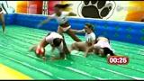 10名足球宝贝比基尼球赛 滑腻场地频摔倒走光